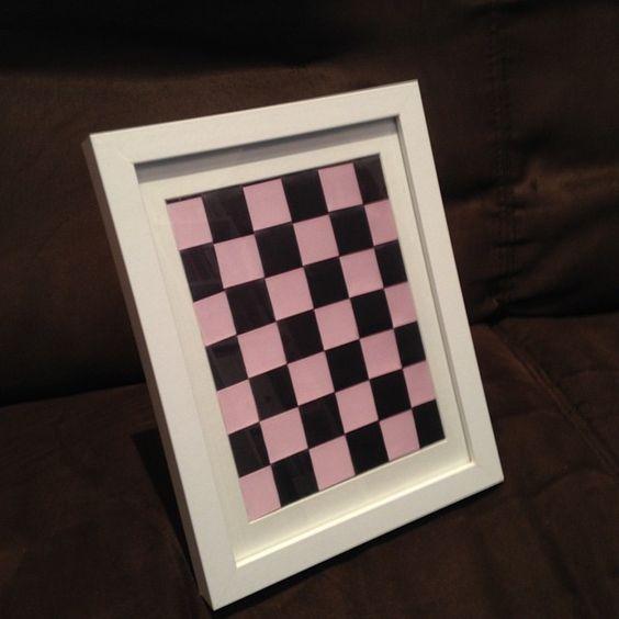 """Ya está enmarcado mi """"cuadro"""" de cintas!!! Una vez ha estado en el marco se ve mucho mejor. Tengo otro más pequeñito pendiente de enmarcarlo también  ¿Os gusta? A mi me  Ah! Y aunque en la foto parezca negro, es gris oscuro + rosa #diy #manualidades #crafts #grey #gris #grigio #rosa #pink #arte #art #artelowcost #ideas #artonthewall #chess"""