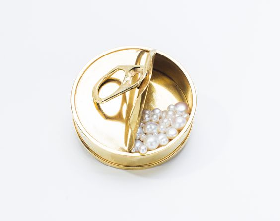 Réka Lörincz Brooch: Pearl can, 2015 Gold plated cooper, pearl, stainless steel ø 6 cm