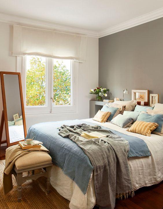 En el dormitorio a los pies de la cama banqueta for Mesillas de habitacion