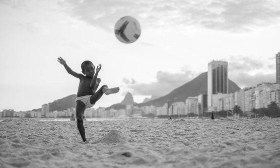 """EXCLUSIVA - Fotos do fotógrafo americano David Alan Harvey que estarão no seu próximo livro sobre o Rio, """"Beach Games"""". Imagens cedidas especialmente para o perfil publicado no dia 08/02/2015. PROIBIDA A REPUBLICAÇÃO. Foto: David Alan Harvey / ."""
