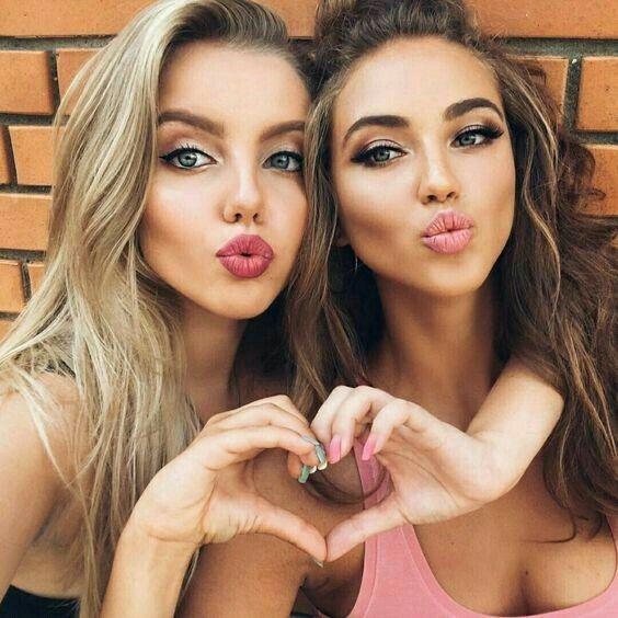 Las selfies con amigas y familiares también son muy comunes.