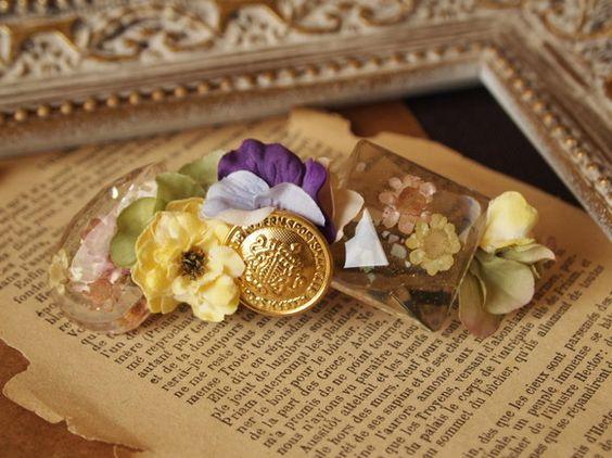 バレッタ★レジンを使ったアイテムは一点物です★ゴールドのボタンがポイントになったバレッタです。レジンビジューにはドライフラワーやシェルが入っています。お花も2... ハンドメイド、手作り、手仕事品の通販・販売・購入ならCreema。