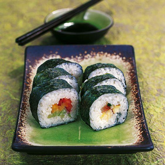 Diese Maki-Sushi sind einfach zuzubereiten, dekorativ bunt und dank Frischkäse Biss für Biss schön cremig.