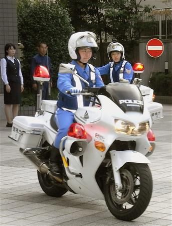 白バイに乗る警官
