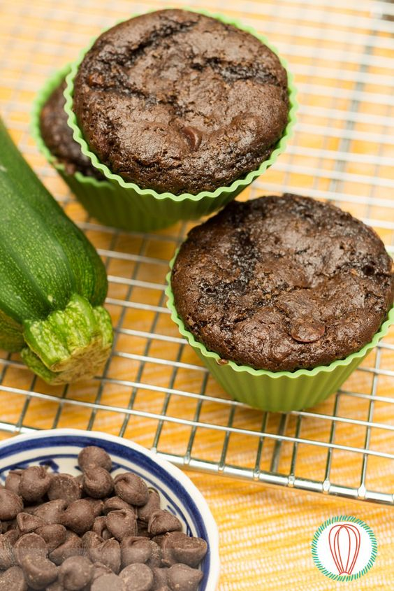 These Chocolate Zucchini Muffins are packed with two cups of grated veggies and chocolate chips, so even your toughest chocolate critic will love them! • Estos Muffins de Chocolate & Zucchini están preparados con dos tazas de vegetales rallados y mucho chocolate, para que le gusten al más chocolatero de casa!