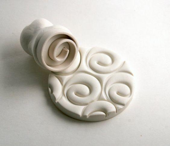 Cette profonde spirale fermée laisse un design qui me fait penser à un rose au design minimaliste. Cela fait une impression profonde claire qui est idéale pour travailler avec nimporte quel genre dargile, en particulier les petits éléments tels que bijoux ou mettre une texture globale sur une dalle de la poterie.  Cette liste est pour un 1 timbre de la spirale fermée en argile polymère, mesurant environ 3/4 po de diamètre. Chaque timbre est fait à la main par moi et toutes les tailles sont…