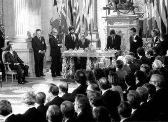 La firma de los Tratados Europeos en 1985 devolvía España al viejo continente. Don Juan Carlos alentó el proceso de incorporación para la modernización del país y en sus discursos siempre ha recordado la vocación europea de España a lo largo de su historia. Prueba de su europeísmo es el premio Carlomagno, que recibió emocionado en 1982, otorgado a las personalidades más destacadas en favorecer la integración europea., el Rey contempla la firma del Tratado de Adhesión en el Palacio Real.
