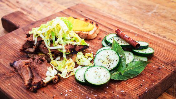 Smoked meat au whisky et à l'érable, salade de chou et cornichons | Zeste