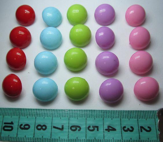 ENCONTRA AQUI: wwwelo7.com.br/ohcilla Botão redondo com pino tamanho 15mm <br>Pacote com 30 unidades de cores diversas <br>resina