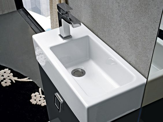 Per il lavabo bastano 25 cm: lavabo in ceramica appoggiato su una ...