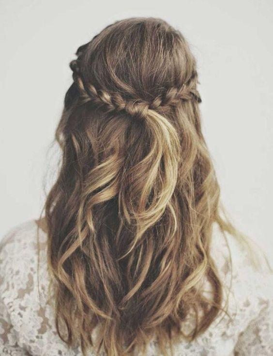 Une demi-queue nattée Une coiffure ultra simple et rapide à réaliser!