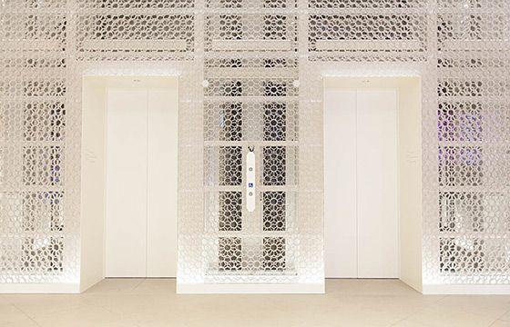 Metoa Ginza 2層のハニカムパネルと組み合わせることで 美しい花の模様を描くエレベーターシャフトの壁 壁 エレベーター 美しい花