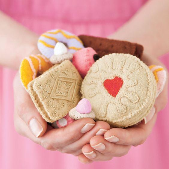 Mollie Makes issue 4 | jammy Dodger felt biscuit tutorial