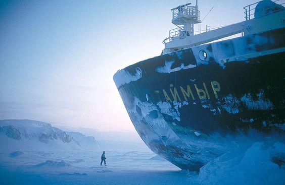 """Der russische Atom-Eisbrecher """"Tajmyr"""" brachte 1994 das Filmteam des ORF nach Franz-Josef-Land. Mit Nuklear-Antrieb konnte 1977 auch erstmals der Nordpol per Schiff erreicht werden. Die """"Tegetthoff"""" verfügte nur über einen 100 PS-Motor (Foto von: Christoph Höbenreich)"""