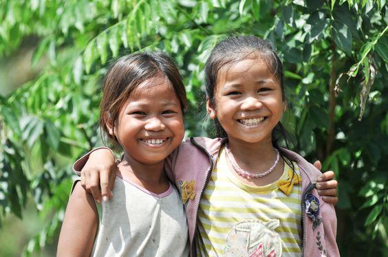 Es sind wohl nur zwei Dinge, auf die es im Leben ankommt: Mit ganzem Herzen leben. Mit ganzem Herzen lieben. (Verfasser unbekannt)Patenkind Pisey Thoeun (12) herzt ihre Schwester in Kulen, Kambodscha.Einen schönen Tag wünschen wirEuch herzlich.