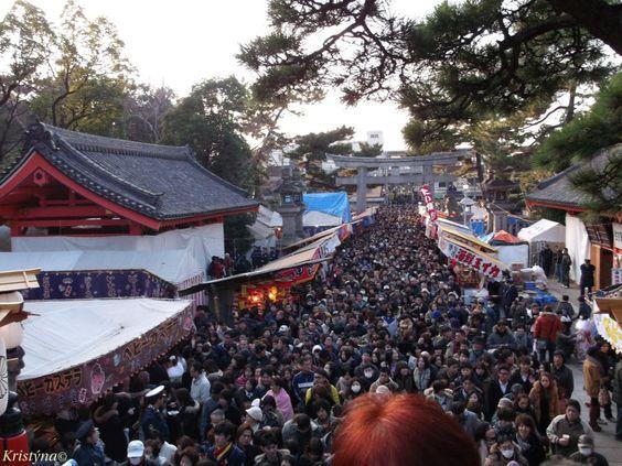 Sumijoši taiša (Sumiyoshi-taisha): svatyně v Ósace. 1. leden - první návštěva svatyně (hacumóde či hatsumōde). Nemusí být konaná nutně 1.1., ale jak je vidět, většina lidí se na ni vydá opravdu prvního.