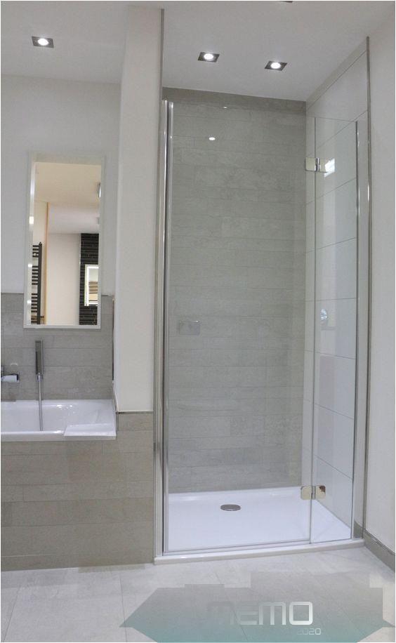 25 01 2020 Unser Outlet Bietet Jedem Die Perfekte Chance Seine Traumfliesen In Unseren Showroom In 2020 Modern Shower Tile Minimalist Bathroom Design Bathroom Layout