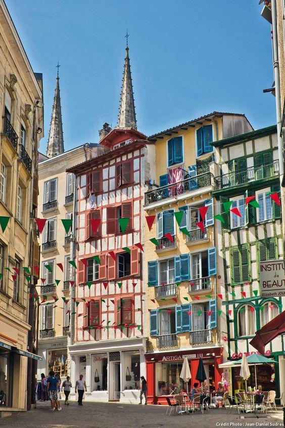 Bayonne La rue Argenterie prend ce nom vers 1650. Elle regroupait les orfèvres et changeurs. Au n° 5, une maison et son escalier du XVIIe siècle.
