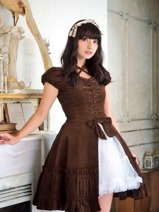 茶色のお洋服の高野麻里佳さん