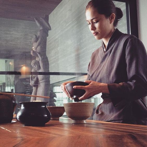 So mesmerizing to watch the delicate #art of making Japanese green #tea. @zaborin.ryokan #Niseko #hokkaido #japan #people #places #travel #photography #videography #culture #traditions #zaborin #ryokan | zaborin.com