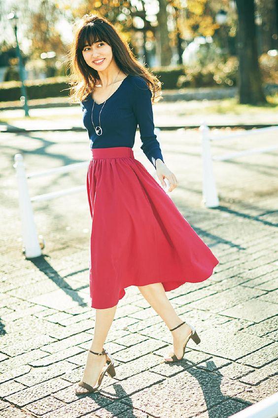 赤いスカートが目立つ愛甲千笑美
