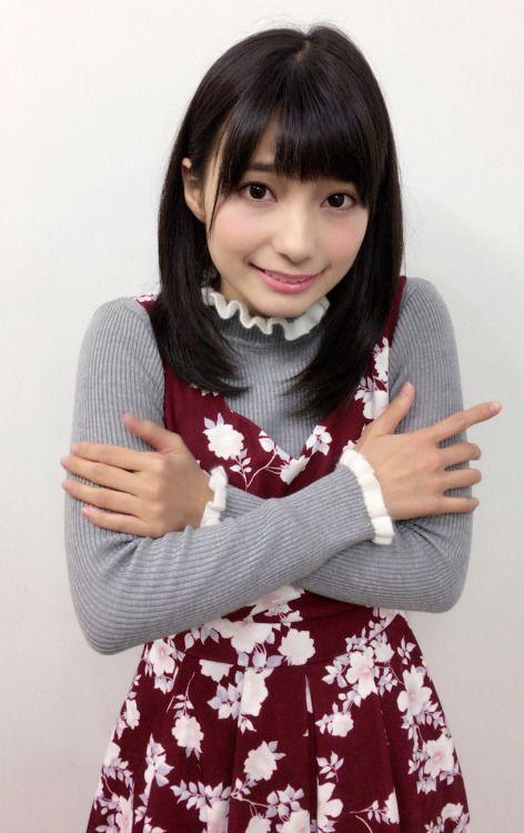 前で手を組む高野麻里佳さん
