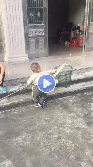 Menino dando bons exemplo que lixo é no cesto