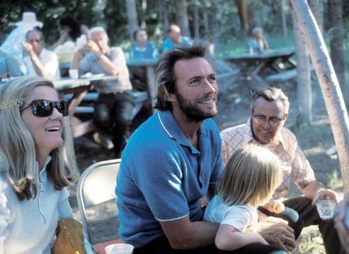 Clint Eastwood  photographié sur le tournage de High Plains Drifter avec sa femme Maggie et son fils Kyle 1972