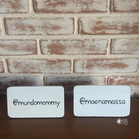 Plaquinha de mesa mini porta-retrato, na cor branca. Bacana para divulgar hashtags, marcar mesas reservadas, indicar os docinhos na mesa de doces. Para festas em geral, casamentos, noivados, chá de panela, chá bar.