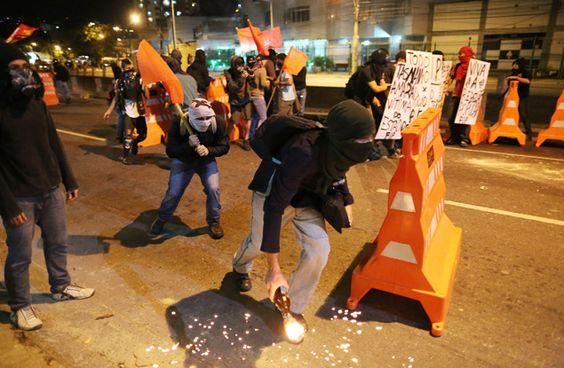 Manifestantes confrontam PM no Rio - 15/06/2014