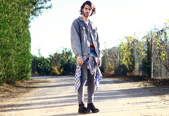 Juan Jesús Reyes | #TOP10DSB: o el príncipe gitano, entre sus tops encontramos este total look tejano con botas. El príncipe lo combina con una camiseta de colores y una camisa de cuadros.