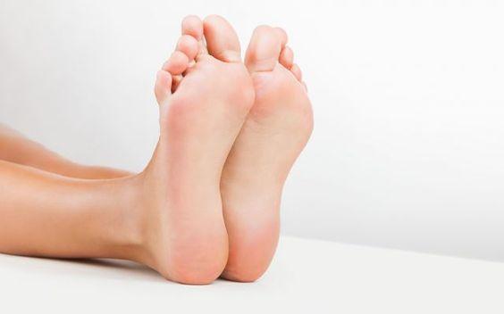 Quali sono le cause delle vesciche e come curarle? Quali sono i motivi per cui facilmente si creano vesciche ai nostri piedi? Perchè si creano e che co vesciche piedi sport