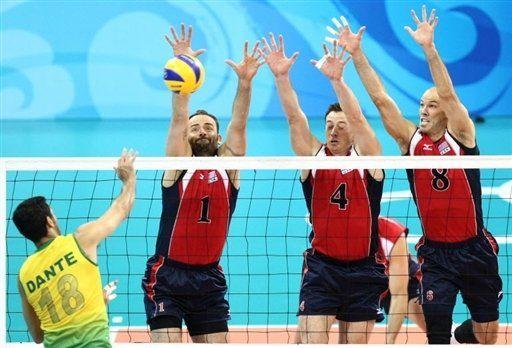 Contre à trois joueurs de volley.