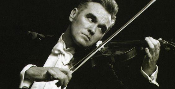 """Morrissey - """"Ringleader Of The ..."""" - CD-Tipp - Sollte Morrissey auf seine alten Tage etwa glücklich verliebt sein? Auf seinem neuen Album singt der einstige Zölibat-Prediger von """"explosiven Fässern zwischen (seinen) Beinen""""."""