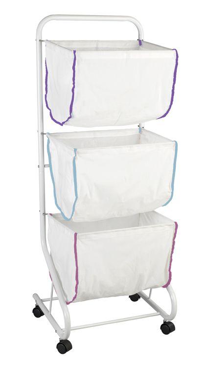 Der praktische und platzsparende Wäschesammler aus einem Gestell aus pulverbeschichteten Metall sorgt mit den drei einzeln entnehmbaren waschbaren Textilkörben für ein einfaches Sortieren und Transportieren der Wäsche. Die vier leichtgängigen Rollen machen die Aufbewahrung mobil und flexibel. Alternativ als Aufbewahrung in vielen anderen Bereichen einsetzbar.