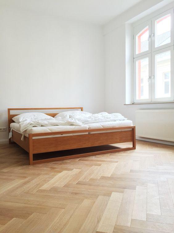 offenes Schlafzimmer im Altbau. Deckenhöhe 310 cm, Holzfenster ...