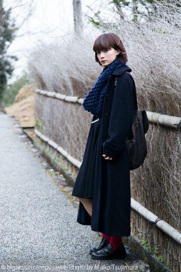 ロングコートを着た田中真琴