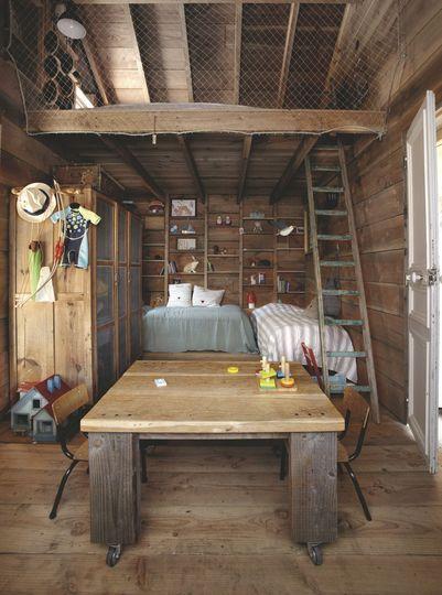 Ambiance cabane avec une chambre en mezzanine. Plus de ...