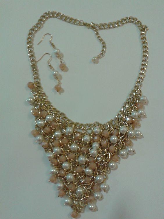 Collar corto, tipo pechera, cristales, perlas y cadenas en aluminio
