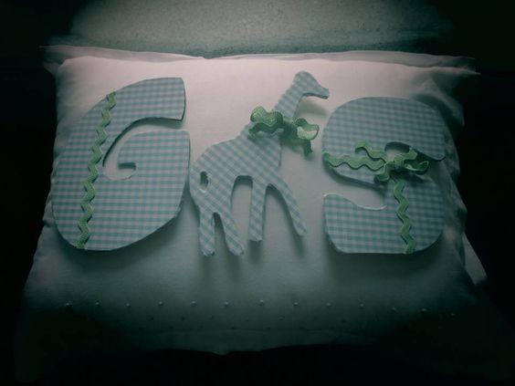 Letras e animais personalizados com tecido adesivo da PANOAH e fita ziguezague verde água.