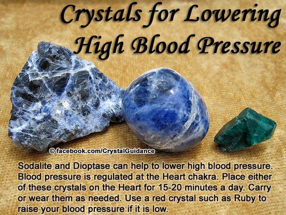 PRESSÃO Arterial ALTA - Recomendado Sodalita ou Dioptase. Recomendações adicionais: Aventurina, Charoite ou Turmalina Verde. A pressão alta está associada ao  chakra do coração. Coloque um desses cristais sobre o chakra do coração por 10-20 minutos por dia. Você também pode levar ou usá-los quando necessário. Usar um cristal, vermelho como Ruby,é para quem tem pressão BAIXA.: