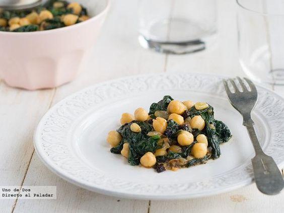 Salteado de garbanzos con espinacas frescas, pasas y piñones. Receta  http://www.directoalpaladar.com/recetas-de-legumbres-y-verduras/salteado-de-garbanzos-con-espinacas-frescas-pasas-y-pinones-receta