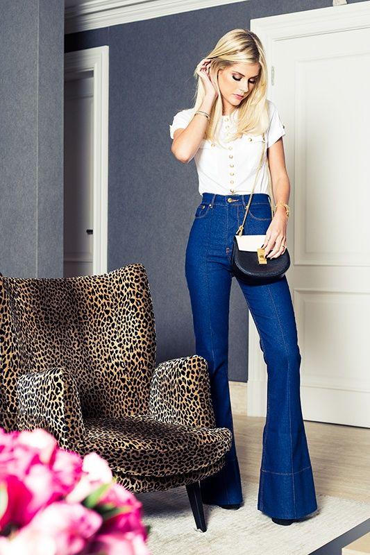 Look casual Chic da Lalá Rudge, com jeans flare, t-shirt com botões dourados e bolsa maravilhosa Pb da chloe
