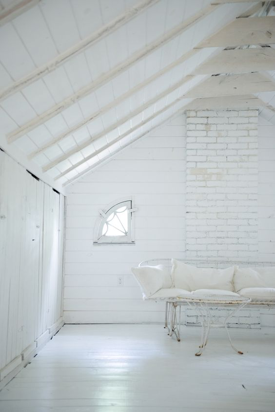 All white minimal decor in this rustic minimal room by Leanne Ford. #allwhite #minimaldecor #LeanneFord