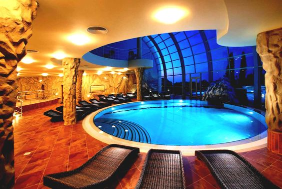 Mi sueño casa piscina es muy grande. Hay es sillas.