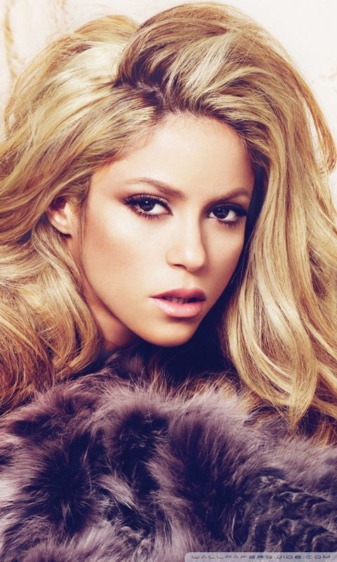 Shakira with great hair and makeup. Again, she is my hair hero!  Big, long hair rocks!