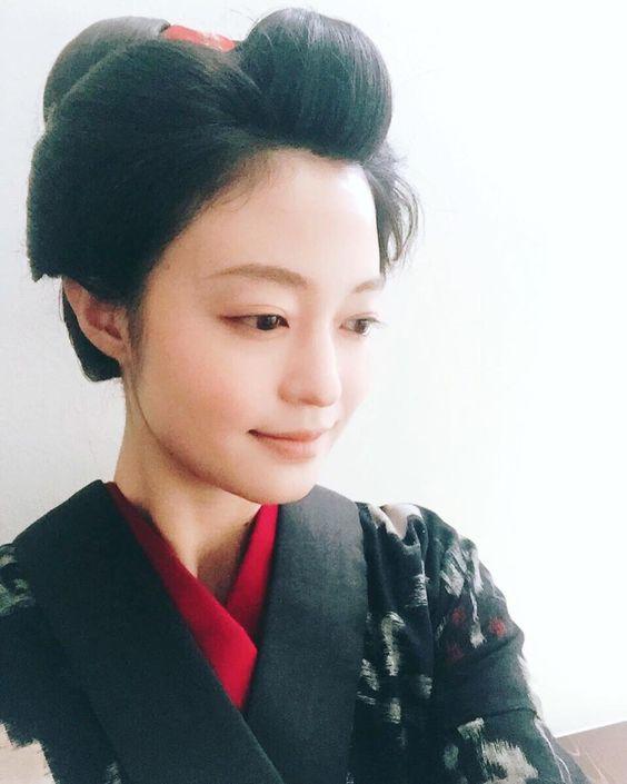かつらをかぶった黒い着物を着ている和服美人の小林涼子の画像