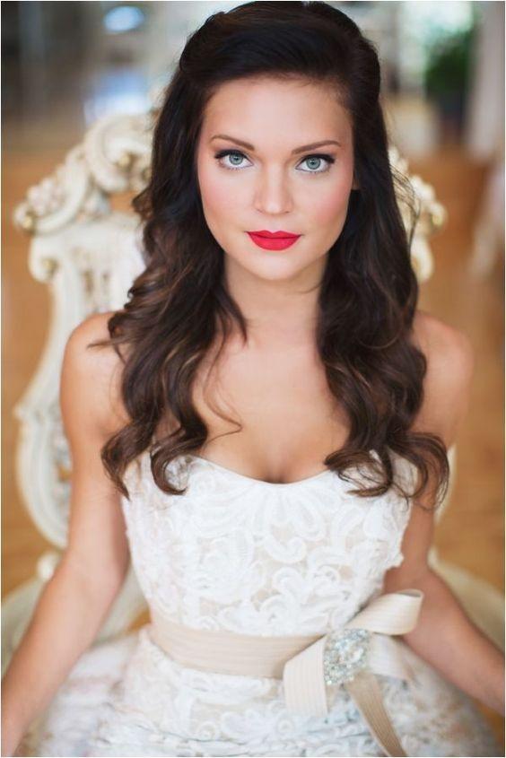 Maquiagem para noiva com batom vermelho! Se optar por batom vermelho escolha a versão mate para não pesar no visual. #makeup #bride: