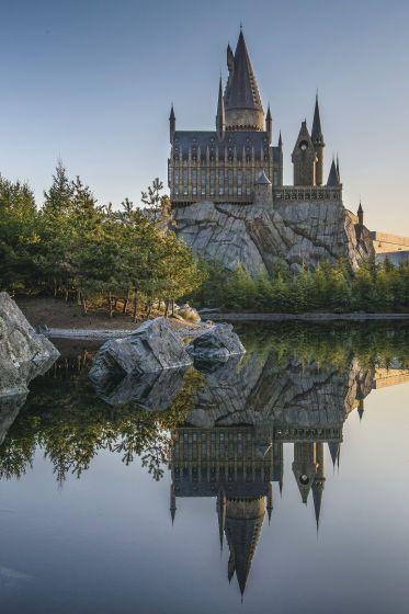 ホグワーツ魔法学校の近くには湖もあり幻想的な雰囲気に。USJで楽しむハリーポッターの世界