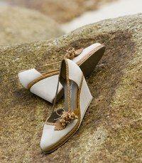 La semelle compensée - Chaussures de  mariage - Les chaussures à semelles compensées reviennent à la mode: profitez-en ! Si vous n'en aviez jamais porté , entrainez-vous un peu avant afin de vous habituer à bien poser le pied...